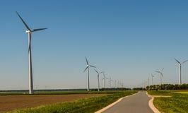 Moinho de vento para a melhor maneira para a energia verde Imagens de Stock Royalty Free