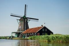 Moinho de vento perto do rio em Zaanse Schans, Holland Imagens de Stock Royalty Free