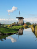 Moinho de vento por um canal azul nos Países Baixos Foto de Stock Royalty Free