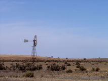 Moinho de vento que está na terra australiana rural Imagens de Stock