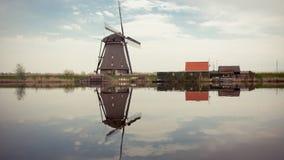 Moinho de vento que reflete na água Fotografia de Stock