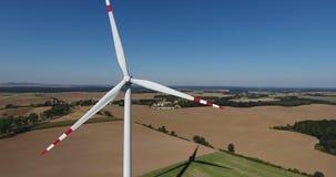 Moinho de vento que trabalha no campo video estoque