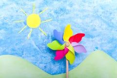 Moinho de vento, sol, montes verdes e céu Fotos de Stock