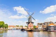 Moinho de vento típico e arquitetura medieval em Haarlem, Países Baixos Fotos de Stock Royalty Free