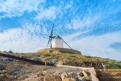 Moinho de vento tradicional branco velho no monte perto de Consuegra Casti Fotografia de Stock Royalty Free