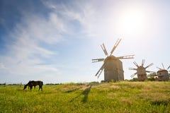 Moinho de vento tradicional no campo imagens de stock