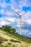 Moinho de vento, turbina do gerador de vento no céu foto de stock