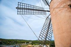 Moinho de vento velho bonito de spain contra o céu colorido com nuvens Paisagem da mola na manhã em Paguera Cena rural Fotografia de Stock Royalty Free