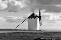 Moinho de vento velho em Campo de Criptana, Espanha, preto e branco Fotos de Stock Royalty Free