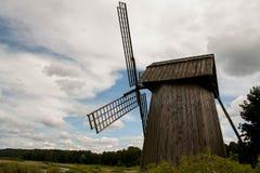 Moinho de vento velho em um campo perto do rio Imagens de Stock Royalty Free