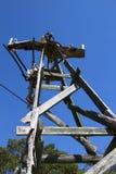Moinho de vento velho mostrado em silhueta contra o céu azul Foto de Stock