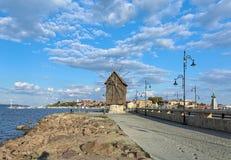 Moinho de vento velho na entrada à cidade velha de Nessebar, Bulgária Imagem de Stock Royalty Free