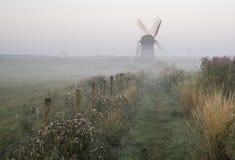 Moinho de vento velho na paisagem nevoenta do campo em Inglaterra imagem de stock royalty free