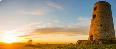 Moinho de vento velho no por do sol Imagem de Stock