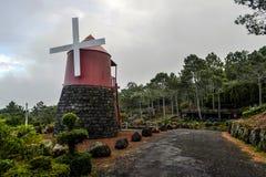 Moinho de vento vermelho na costa de Pico Island imagens de stock