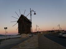 Moinho do por do sol na cidade velha Nessebar, Bulgária imagens de stock royalty free