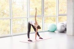 Moinho, exercício dos pilates Mulher que faz a aptidão imagens de stock royalty free