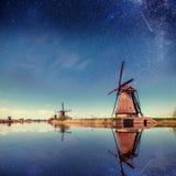 Moinho holandês na noite Céu estrelado Holland Netherlands fotografia de stock