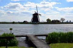Moinho holandês típico na beira do lago fotos de stock royalty free