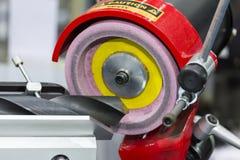 Moinho ou brocas de extremidade que resharpening pela máquina do apontador na fábrica fotografia de stock royalty free