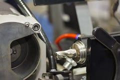 Moinho ou brocas de extremidade que resharpening pela máquina do apontador na fábrica imagens de stock royalty free