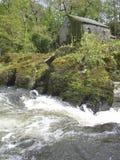 Moinho pelo rio Fotos de Stock Royalty Free