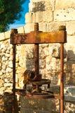 Moinho tradicional do granito para pressionar azeitonas Casa da quinta típica de Salento, Puglia Itália Fotos de Stock