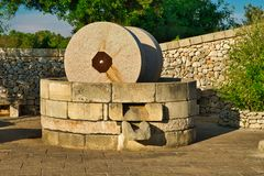 Moinho tradicional do granito para pressionar azeitonas Casa da quinta típica de Salento, Puglia Itália Fotografia de Stock Royalty Free