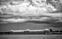 Moinho velho com nuvens B&W Foto de Stock Royalty Free