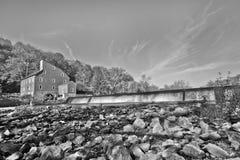 Moinho velho em um rio Fotografia de Stock