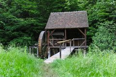 Moinho velho no rio pequeno na floresta fotografia de stock royalty free
