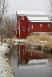 Moinho vermelho velho no rio Imagens de Stock