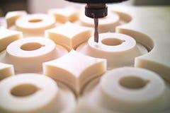 Moinhos de alta velocidade da máquina do cnc nas peças plásticas foto de stock
