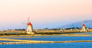 Moinhos de Sicília, de Trapani, de produção de sal, salinos e de sal Imagem de Stock