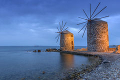 Moinhos de vento antigos de chios na noite Fotos de Stock