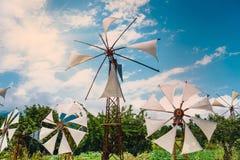 Moinhos de vento antiquados no platô de Lasithi crete fotografia de stock