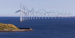Moinhos de vento de Copenhaga pela água imagens de stock