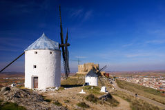 Moinhos de vento de Cervantes Don Quixote e castelo de Consuegra. La do Castile Foto de Stock Royalty Free
