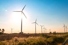 Moinhos de vento durante brilhante foto de stock