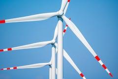 Moinhos de vento e o céu azul Fotos de Stock Royalty Free