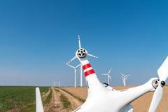 Moinhos de vento e zangão Fotografia de Stock Royalty Free
