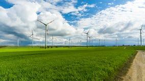 Moinhos de vento em um campo foto de stock