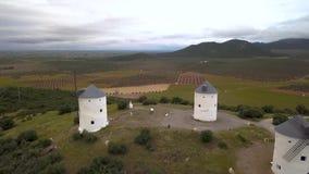 Moinhos de vento em uma parte superior da montanha no por do sol video estoque