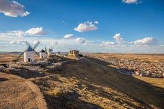 Moinhos de vento famosos em Consuegra no por do sol, província de Toledo, Cas foto de stock