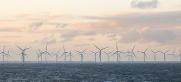 Moinhos de vento fora da costa de Dinamarca foto de stock royalty free