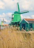 Moinhos de vento holandeses na grama seca Fotos de Stock Royalty Free