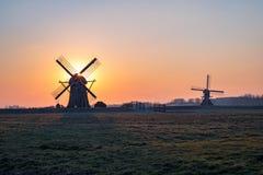 Moinhos de vento holandeses no por do sol perto de Leiderdorp, Holanda fotos de stock