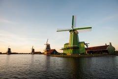 Moinhos de vento holandeses no Zaanse Schans Amsterdão próxima Países Baixos imagem de stock royalty free