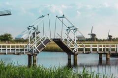 Moinhos de vento holandeses tradicionais bonitos perto dos canais de água com ponte levadiça fotografia de stock royalty free