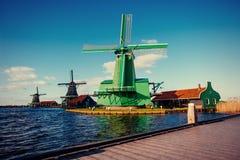 Moinhos de vento holandeses tradicionais do canal Rotterdam holland Fotografia de Stock